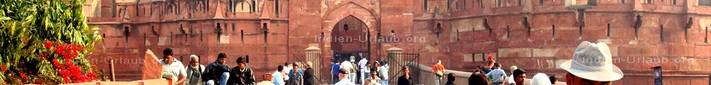 Zugang von der Bruecke in das Agra Fort im Rahmen einer Rajasthan Rundreise aber im indischen Bundesstaat Uttar Pradesh unweit vom Taj Mahal.