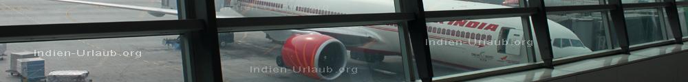 Anreise nach Indien mit der AirIndia, der Flieger der hier gerade abgefertigt wird und an der Gangway steht.