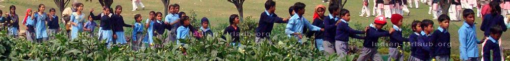 Schulklasse auf dem Weg zum Rajghat wo dem Gr�nder der indischen Nation Mahatma Ghandhis Asche verstreut wurde.