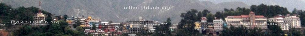 Dharamsala beginnt links am Bildrand und McLeod Ganj wo der Dalai Lama lebt sieht man rechts am Bildrand in Indien im Bundesstaat Himachal Pradesh beim Indien Urlaub.