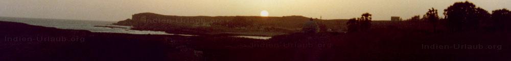 Sonnenuntergang auf der Insel Diu vor der Kueste von dem indischen Bundesstaat Gujarat.