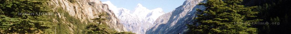 Unterwegs im Gangestal im indischen Bundesstaat Himachal Pradesh, Nordindien an den Auslaeufern des Himalaja Gebirges.
