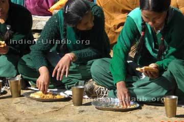 Essen und einen becher mit tee vor sich stehen sie sind beim essen