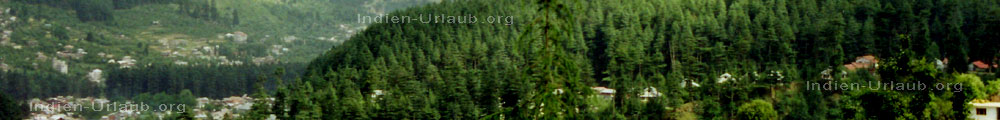 Berglandschaft im Himalaya mit Wald, Doerfer, Wiesen, Ferienhauser, Seen und Gebirgsbaechen in Nord Indien.