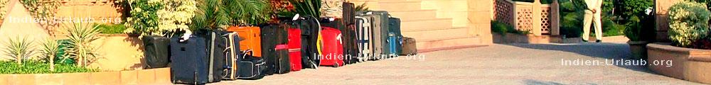 Hotels Indien, unser Reisegepaeck und die Koffer der Reisegruppe einer Indien Pauschalreise stehen fuer die Weiterreise bei einer Indien Rundreise an der Einfahrt vom Hotel bereit.