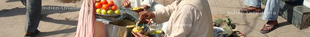 Indisches Essen das auf der Strasse verkauft wir, hier Daal das ist ein Linseneintopf das in Blaetter von einem Baum gereicht wird.