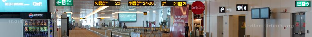 Indria Gandhi Airport in Delhi, im Terminal an den Gangways.