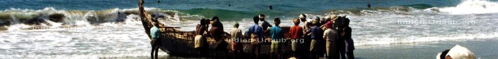 Kerala in Sued Indien Fischer mit ihrem Boot am Strand.