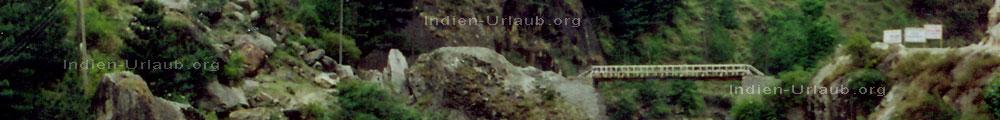 Bruecke ueber einen reissenden Fluss mit einer sehr tiefen Schlucht im Parvati Valley auf dem Weg nach Manali bei den Indien Reisen. Im Himalaya - Nordindien.