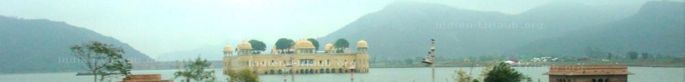 In einem See versunkener Palast in Indien bei den Rajasthan Rundreisen.
